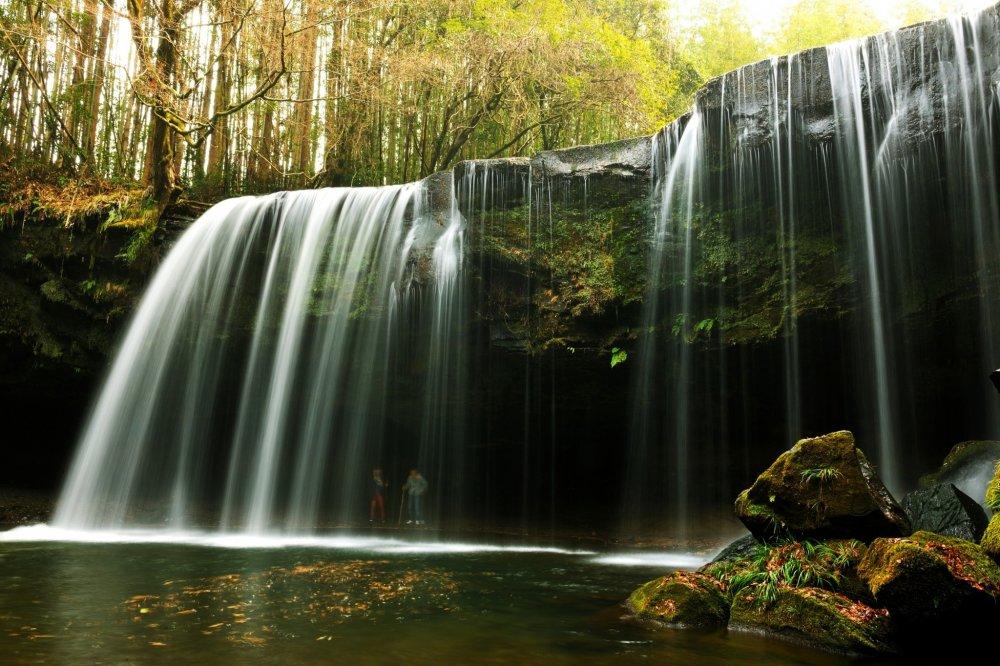 絹の如き滝の流れ!対岸の滝裏の二人から撮影を頼まれた
