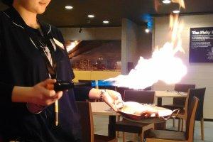 """Pembakaran menu """"Flame"""" di meja tamu"""