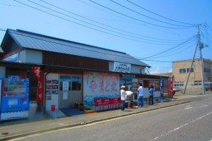 Sangat terkenal di antara warga lokal, restoran ini tampaknya selalu memiliki antrean pembeli yang tidak terlalu panjang.