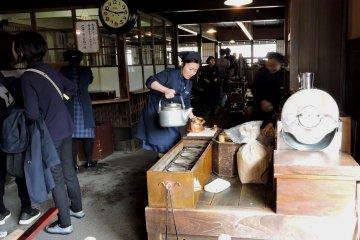 <p>Работницы в голубом в ностальгическом интерьере магазина Акафуку</p>