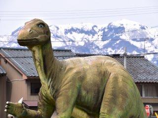 勝山駅の交通安全を見守る、駅前広場の実物大恐竜レプリカ
