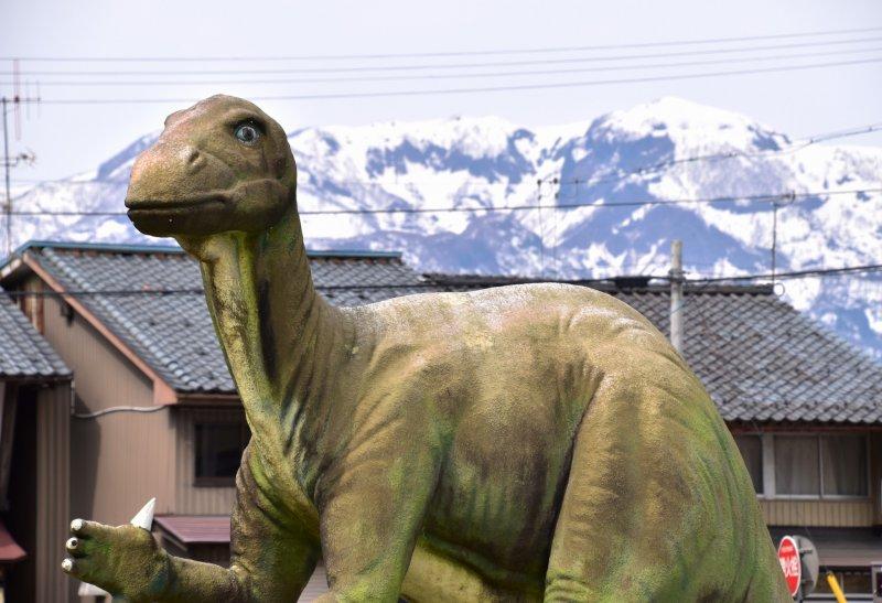 교통과 통행자들을 감시하는 역 앞에 있는 실물 크기의 공룡 모형