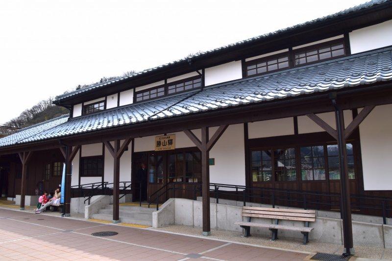 에치젠 철도 가쓰야마 역, 원래 1914년에 지어졌고 2004년에 일본의 무형문화재로 지정되었다. 현재의 건물은 2013년에 보수되었다.