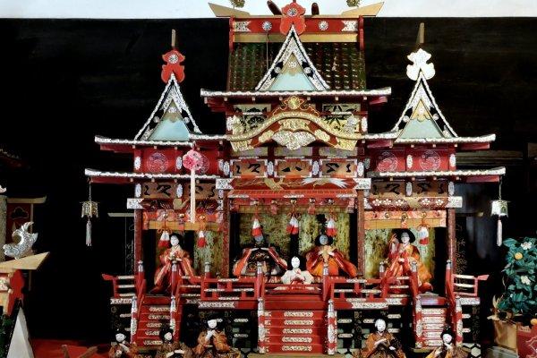 Một số búp bê được bố trí trong cung điện trang trí công phu hơn là trên nền tảng bước