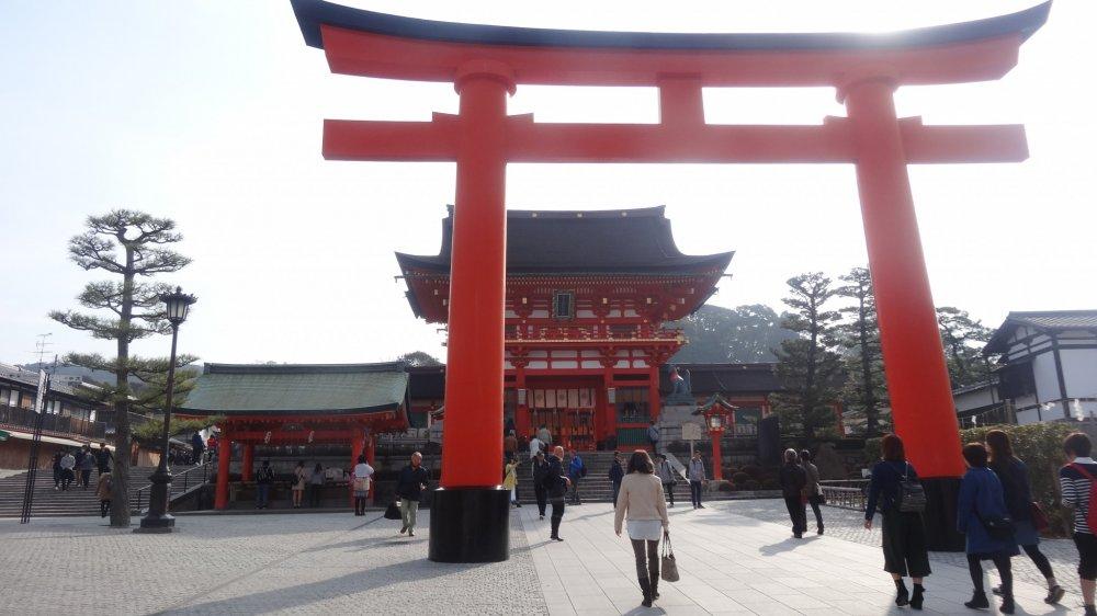 ประตูหลัก ทางเข้าศาลเจ้าฟุชิมิ อินะริ