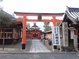 ศาลเจ้าเล็กๆ ในอาณาเขตของศาลเจ้าฟุชิมิ อินะริ