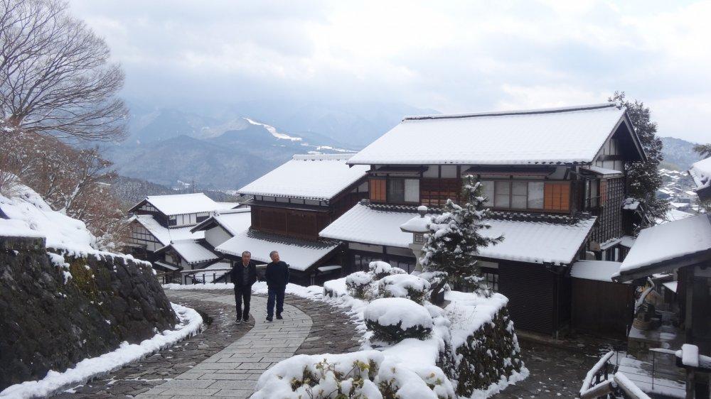 หิมะสีขาวแต่งแต้มให้มะโกะเมะงดงามแปลกตา