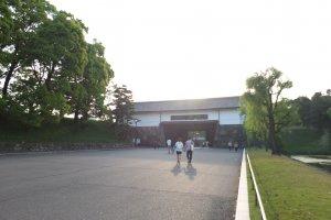 ประตูทางเข้าสวนสาธารณะทางด้านซ้ายมือของสะพานนิจูบาชิ