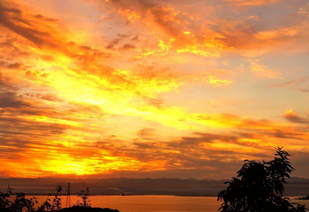天草上島、高舞登山からの朝陽。天草上陸はこの見事な朝陽に迎えられた