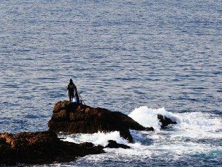 鬼海ヶ浦展望所からの眺め。穏やかな海と釣り人