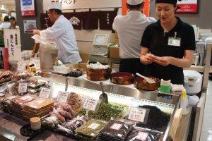 Belanja makanan instan di supermarket