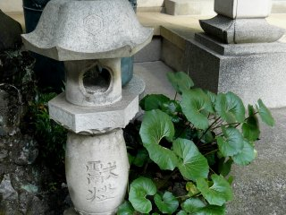 """Один из традиционных каменных фонарей """"торо"""""""