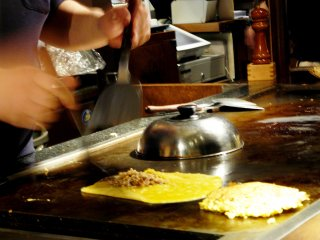 Процесс приготовления закуски - тонпейяки - на теппане