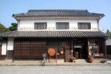 미관 지역은 독특한 흰색 벽과 검은 기와가 있는 전통 건물로 유명하다