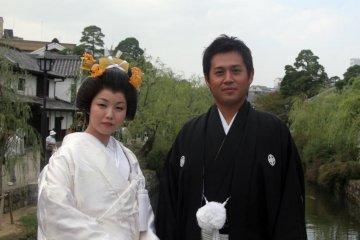 구라시키 미관  지역에서 결혼식을 즐기는 커플
