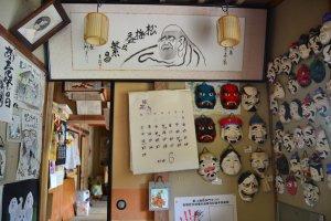 Berbagai macam hasil kreasi topeng kertas yang dipamerkan di bagian depan museum