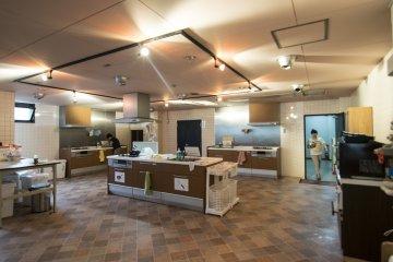 <p>厨房间可容纳3-4组人同时烹饪,每个人饭后自动清理,环境依然整洁如初。</p>