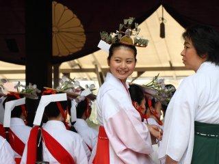 Toute une panoplie de personnages est représentée, comme ici deux jeunes mariés