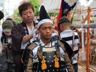 Un samuraï se prépare, en attendant la bataille finale, sous le regard bienveillant de son maître