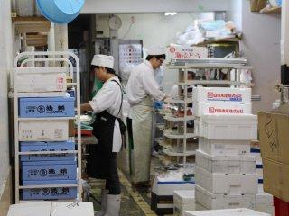 Une grande partie du marché est accordée aux poissonneries, qui proposent également de déguster des sushis et sashimis frais, sous la forme de bentos préparés par le personnel, ou à déguster sur le pouce