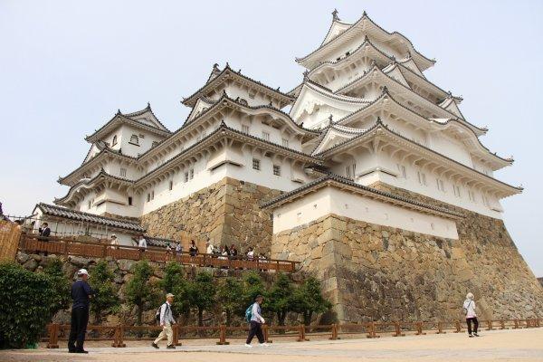 Pendant de longues années, Himeji-jo a subi de nombreuses restaurations dans les différentes partie de sa structure, tant au niveau de la façade et de la toiture que de la charpente