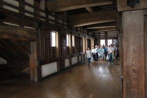 Le château d'Himeji est le seul du Japon entièrement conservé dans son état d'origine, et les visiteurs se baladent aisémment parmi les différentes pièces et étages, reliés entre eux par des escaliers assez raides