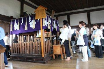 На вершине установлен маленький алтарь, где посетители воздают должное