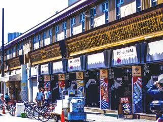 Un grand espace, proche du marché aux poissons permet d'acheter des produits locaux, des fruits de mer et beaux morceaux de poissons. Un centre d'informations permet aussi d'en apprendre plus sur le quartier grâce aux guides en anglais disponibles.