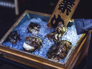 Le poisson n'est pas la seule chose que l'on peut manger près de Tsukiji. Les restaurants proposent d'autres fruits de mer dont ces belles huîtres fraiches.