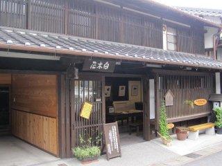 Cửa hàng bách hóa Shirogiya bày bán ảnh lưu niệm các điểm đến dọc theo tuyến đường Nakasendo ở Nakatsugawa-juku.