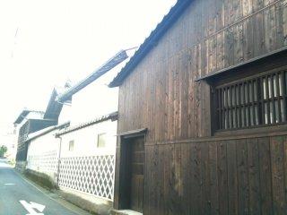 Dọc theo lối mòn nhỏ sau lưng nhà máy sản xuất rượu Sake
