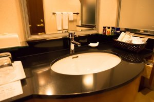 O hotel oferece champô, condicionador, gel de banho, gel facial e para as mãos, óleo de limpeza, gel/loção ou gel leitoso, escova de dentes, pasta de dentes, lâmina, sabão, fragrâncias para o banho, toalha de corpo, touca, saco sanitário, fita para o cabelo, escova de cabelo, cotonetes e algodão.