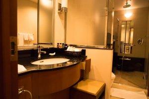 O lavatório, sanitário e banho estão separados, pelo que o espaço é grande