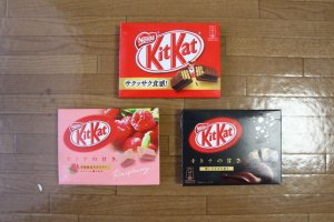 On trouve souvent les Kit-Kat dans les convenient stores, vendus sous forme d'étuis, qui contiennent trois paquets individuels de petit format.