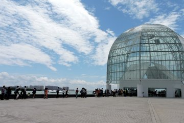 <p>The queue approaching the glass dome which is the entrance to the aquarium building</p>