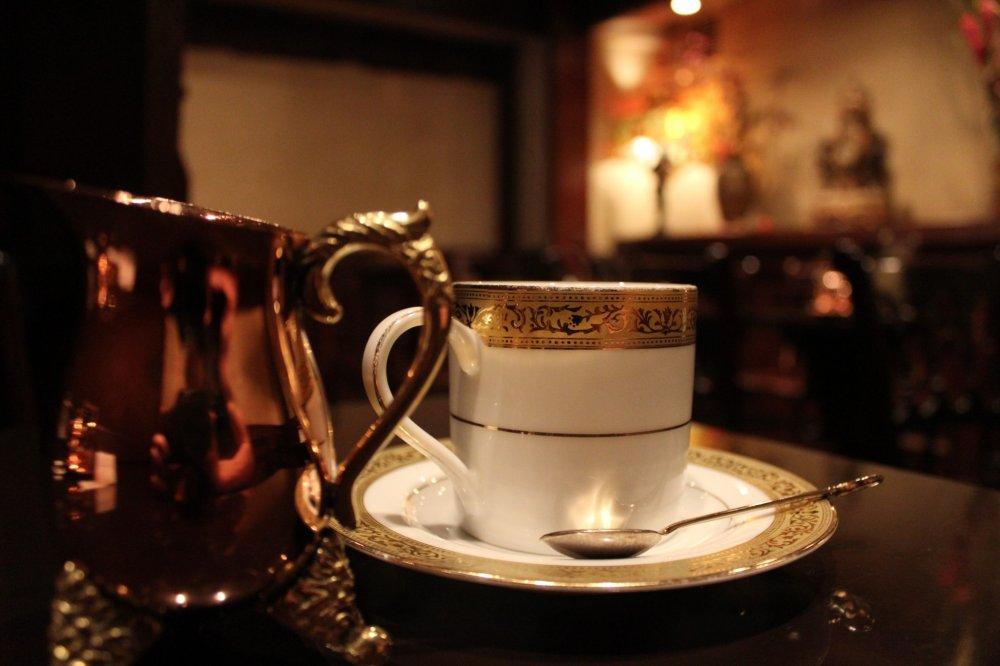 Perabotan yang cantik untuk secangkir kopi nikmat