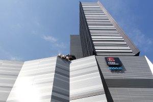 마루한 신주쿠 토호 빌딩은 이 빌딩입니다. 영화관과 고릴라가 삐져나와 있는 것을 보십시오.