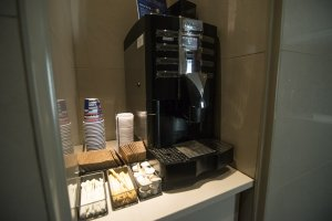 Mesin kopi yang tersedia secara gratis mulai dari 6 pagi hingga 12 malam. Saya mengambilnya setiap pagi dan kembali lagi saat malam.