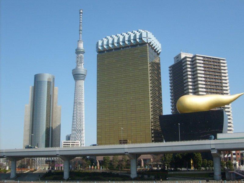 <p>Una vista del Skytree y el edificio Asahi desde el puente cerca del hotel</p>