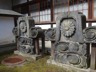 สถาปัตยกรรมโบราณที่ตั้งแสดงภายในวัด