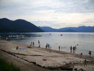 Bãi biển phía trước hồ với tầm nhìn tuyệt đẹp ra núi