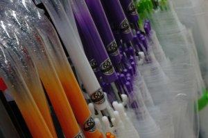 Payung bening transparan adalah yang paling popular digunakan