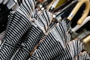 Beragam jenis payung yang dilipat ataupun bertangkai panjang