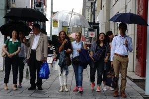 Bahkan kita ikut terbawa budaya membawa payung kemanapun
