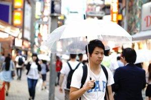 Tidak mengenal jenis kelamin dan usia, membawa payung adalah hal umum di Jepang.