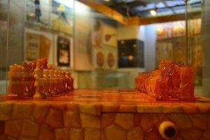 Batu ambar yang telah dipahat menjadi bidak catur