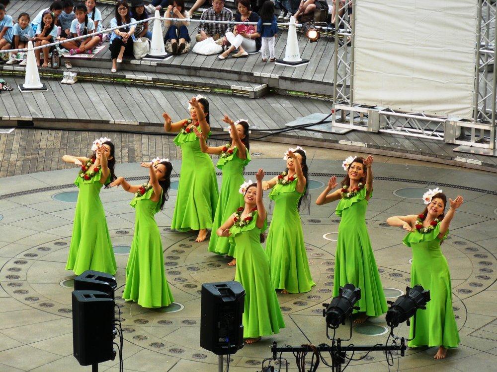 Конкурс мисс Hula Lehua проводится на Роппонги Хиллз ежегодно с 2009-го