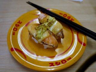 Salmon panggan dengan keju dan mayonnaise hijau ini sangat menarik