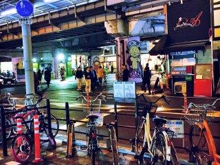 Bức tranh này . Bạn đi bộ ra khỏi tàu điện ngầm và những gì bạn thấy là khung cảnh này , những giai điệu jazz trực tiếp và một quầy bar bên đường phố . Bức tranh đó