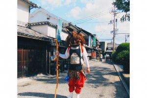 Akuma ปีศาจญี่ปุ่นเดินบนถนนคอยหลอกหลอนเด็กๆที่เดินผ่านไปมา